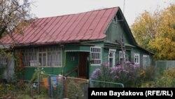 В этом доме Николай Лисов живёт со своей и двумя другими семьями