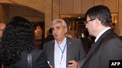 قرار است طرح پيشنهادی رياض سيف، نماينده پيشين در پارلمان سوريه (نفر وسط) در نشست دوحه ارائه شود.