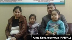 Алия Жылкайдарова с супругом и детьми в детской поликлинике. Алматы, 5 ноября 2015 года.