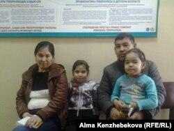 Әлия Жылқайдарова балаларымен емханада кезек күтіп отыр. Алматы, 5 қараша 2015 жыл.