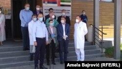Ministar zdravlja Zlatibor Lončar se obraća okupljenima ispred bolnice u Novom Pazaru. Iza njega je premijerka Ana Brnabić i ministar Rasim Ljajić. 30. jun 2020.