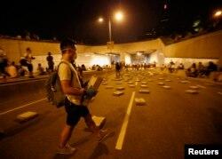 معترضان در حال چیدن سنگ در خیابانها برای جلوگیری از رفتوآمد