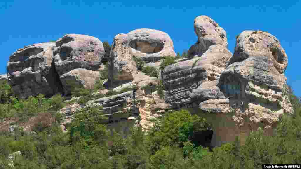 Сфинксы – главная природная достопримечательность Залесного и всей Каралезской долины. Высота 14 известняковых останцев на лесистом холме Узун-Тарла – от пяти до пятнадцати метров. Сфинксами их впервые назвал крымский профессор Василий Ена в 1950-х. Пять самых больших из них получили имена: (справа налево) Юкле-Кая («беременная скала»), Сююрю-Кая («остроконечная скала»), Чуюн-Кая («скала-череп»), Сандык-Кая («скала-сундук») и Шапке-Кая («скала-шапка»). В 1964 году скалы получили статус памятника природы