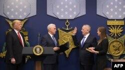 James Mattis, depunând jurământul în prezența lui Donald Trump și Mike Pence