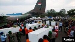 Погрузка на борт военного сапмолёта останков погибших в крушении аэробуса А320-200 (Индонезия, 2 января 2015 года)