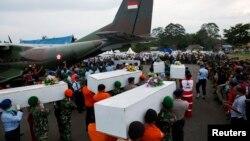 Останки загиблих в авіакататсрофі несуть до військового літака перед відправленням до індонезійського міста Сурабая