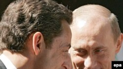 Germany -- French President Nicolas Sarkozy (L) with his Russian counterpart Vladimir Putin at the G8 summit in Heiligendamm, 08Jun2007