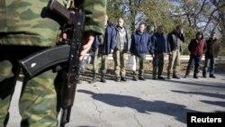 Украинские военнопленные накануне обмена в Луганской области. Октябрь 2015 года