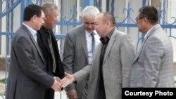 Жаңаөзен оқиғасына орай айыпталушылардың адвокаттары. Ақтау, 13 сәуір 2012 жылы. (Блогер Андрей Цуканов түсірген сурет)