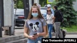 Прохожая в маске в Алматы. Май 2020 года.
