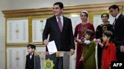 Президент Туркменистана Гурбангулы Бердымухамедов голосует во время выборов 12 февраля 2017 года