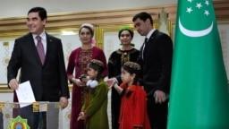 Preizdenti Gurbanguly Berdimuhamedow 2017-nji ýyldaky preizdentlik saýlawlarynda maşgala agzalarynyň käbiri bilen ses berýär.