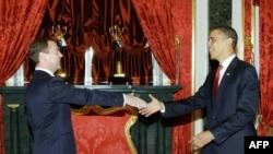 Ресей президенті Дмитрий Медведев АҚШ президенті Барак Обаманы қарсы алуда. Мәскеу, 6 шілде 2009 жыл.