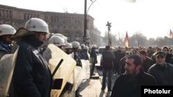 Армения - Сторонники оппозиции протестуют против результатов состоявшихся 19 февраля президентских выборов, Ереван, 22 февраля 2008 г.