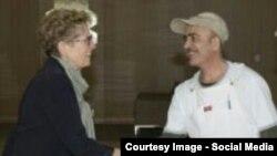 Ҳасан Ҷумъаев ҳамроҳ бо Кэтлин Уинн, нахуствазири Онтарио дар маркази Исмоилия. Канада