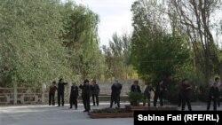 Femei pensionare făcînd exerciții de dans într-un parc la Hami