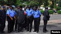 گودلاک جاناتان، رئیسجمهوری نیجریه (با لباس غیر نظامی در وسط) در محل انفجار هفته گذشته در آبوجا