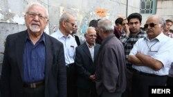 ابراهیم یزدی (چپ)