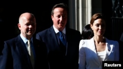 Ұлыбритания сыртқы істер министрі Уильям Хейг (солдан оңға қарай), Ұлыбритания премьер-министрі Дэвид Кэмерон және актриса Анджелина Джоли. Лондон, 10 маусым 2014 жыл.