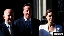 Актриса Анджелина Джоли, премьер-министр Великобритании Дэвид Кэмерон (в центре) и министр иностранных дел Великобритании Уильям Хейг после встречи в Лондоне, 10 июня 2014