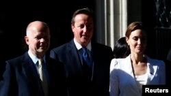 Актриса Анджелина Джоли, премьер-министр Великобритании Дэвид Кэмерон (в центре) и министр иностранных дел Великобритании Уильям Хейг после встречи в Лондоне, 10 июня 2014 года.