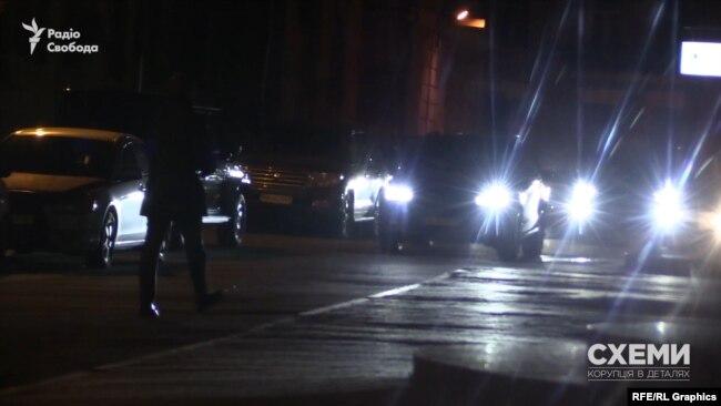 Натомість Смирнов рушив до підземного паркінгу, де його зустрів охоронець