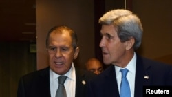 Pamje gjatë takimit të djeshëm në Peru ndërmjet sekretarit Kerry (djathtas) dhe ministrit Lavorv