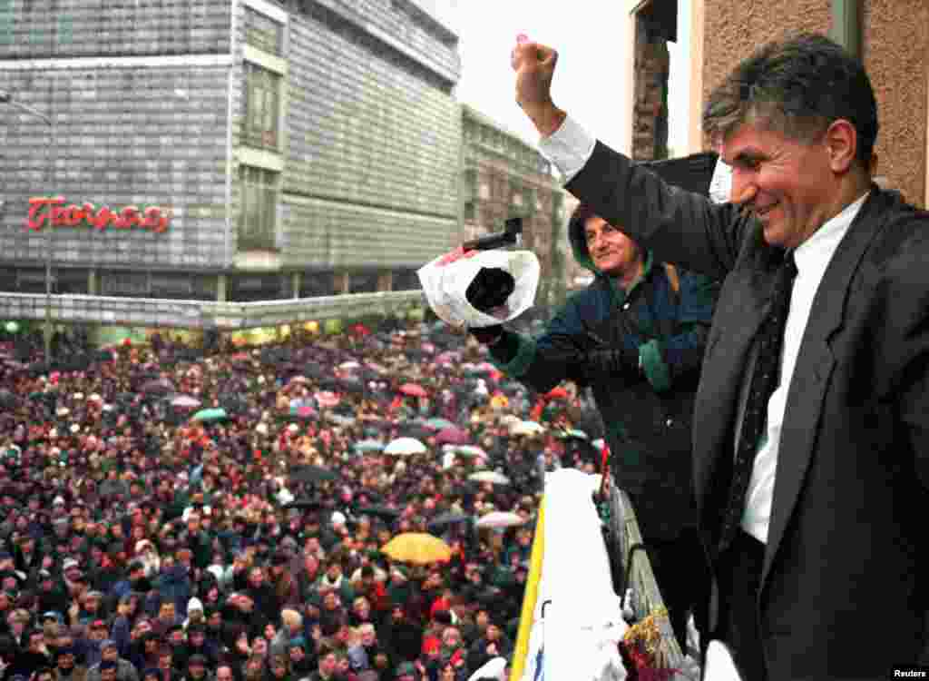 Джинджич вітає прихильників коаліції опозиційних партій «Єдність» під час антиурядового маршу в місті Ніш на півдні Сербії 8 січня 1997 року