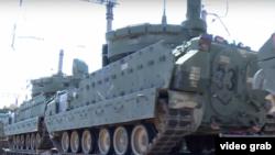 Військова техніка прибуває на базу «Вазіані»