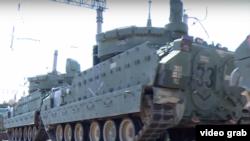 Грузияның Вазиани әскери базасына жеткізілген НАТО әскери техникасы. (Көрнекі сурет.)