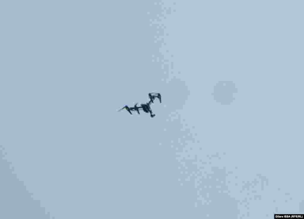 Әуеде жеңіл тұман болса да, әскери адамдар дрон құралын ұшырып бақылауды жалғастырды.