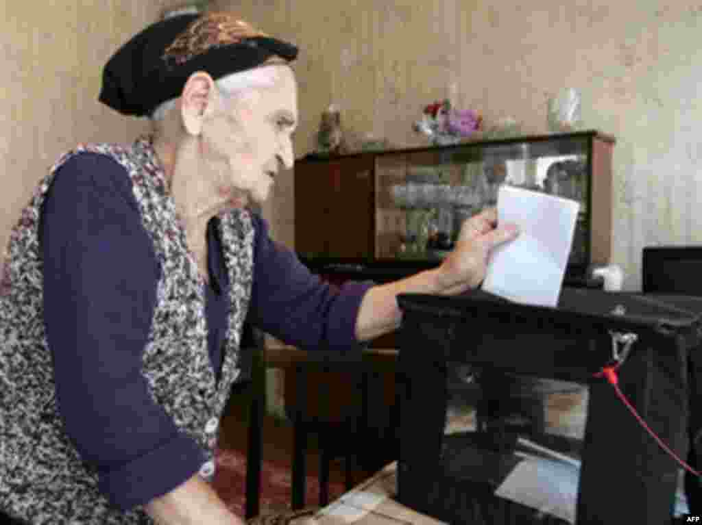 AZERBAIJAN, Baku : An elderly Azeri woman votes from her home in Baku on October 15, 2008 in Azerbaijan's presidential election. A