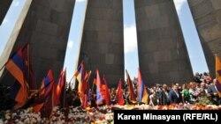 Мемориальный комплекс жертвам Геноцида армян Цицернакаберд 24 апреля