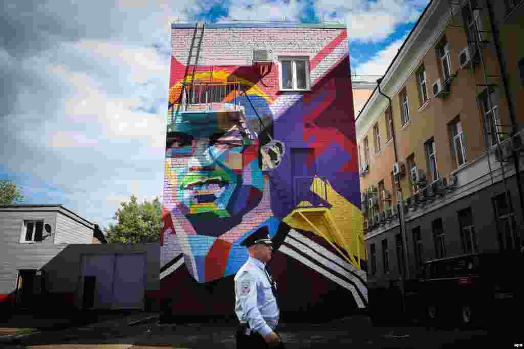 A security guard passes by graffiti featuring Portuguese player Cristiano Ronaldo in central Kazan, Russia, ahead of the FIFA Confederations Cup on June 15. (epa/Mario Cruz)