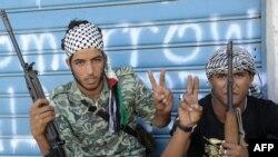 """Borci Nacionalnog prelaznog veća sa podignuta dva prsta """"V"""" u gradu Sirte, 16. oktobar 2011."""