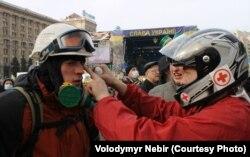 Володимир Небір надає першу медичну допомогу на Майдані