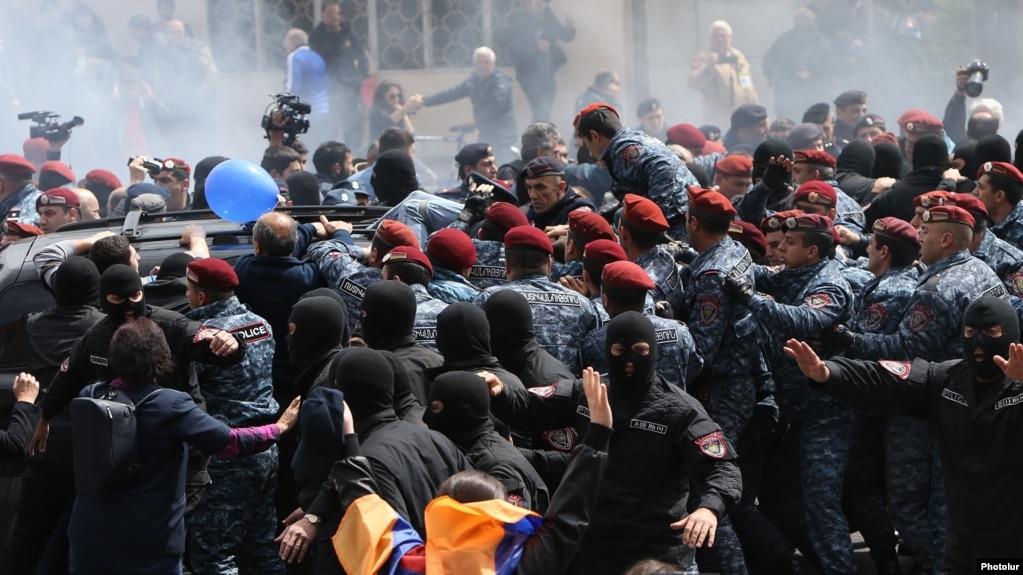 Блок «Выход» призвал немедленно освободить задержанных депутатов