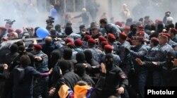 Момент задержания демонстрантов, Ереван, 22 апреля 2018 года.