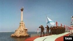 В «городе русской славы» российским морякам периодически дают понять, что они в гостях