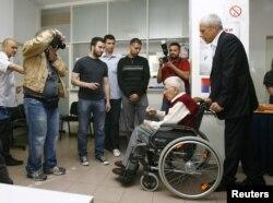 Борис Тадич прийшов на вибори зі стареньким батьком