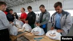 Українські волонтери готують гуманітарну допомогу для біженців в Маріуполі