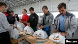 Украинские волонтеры готовят гуманитарную помощь для беженцев в Мариуполе
