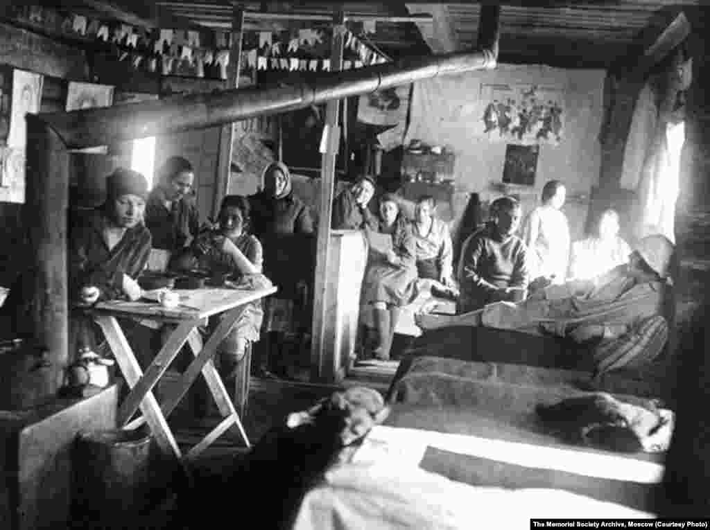 Female prisoners in overcrowded, poorly heated barracks (undated)
