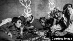 Афганский мальчик курит опиум вместе с родителями. Провинция Бадахшан