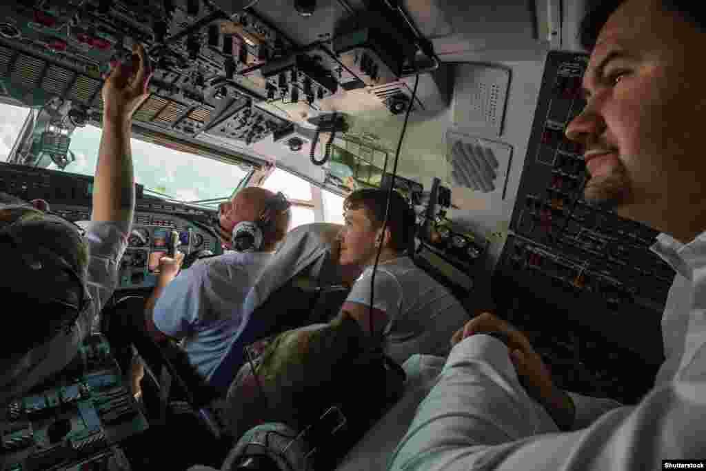 Надежда Савченко в самолете, который направляется в Киев. В заключении в России она провела почти два года