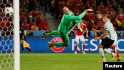 Ուելսցի Սեմ Վոքսը երրորդ գնդակն է ուղարկում Բելգիայի հավաքականի դարպասը, Լիլ, 1-ը հուլիսի, 2016թ.