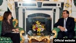 Президент Раҳмоннинг АҚШ элчиси билан дўстона ва ўзаро англашинув руҳида ўтгани айтилаëтган жума кунги учрашув¸ маҳаллий матбуот томонидан кенг ëритилмоқда.
