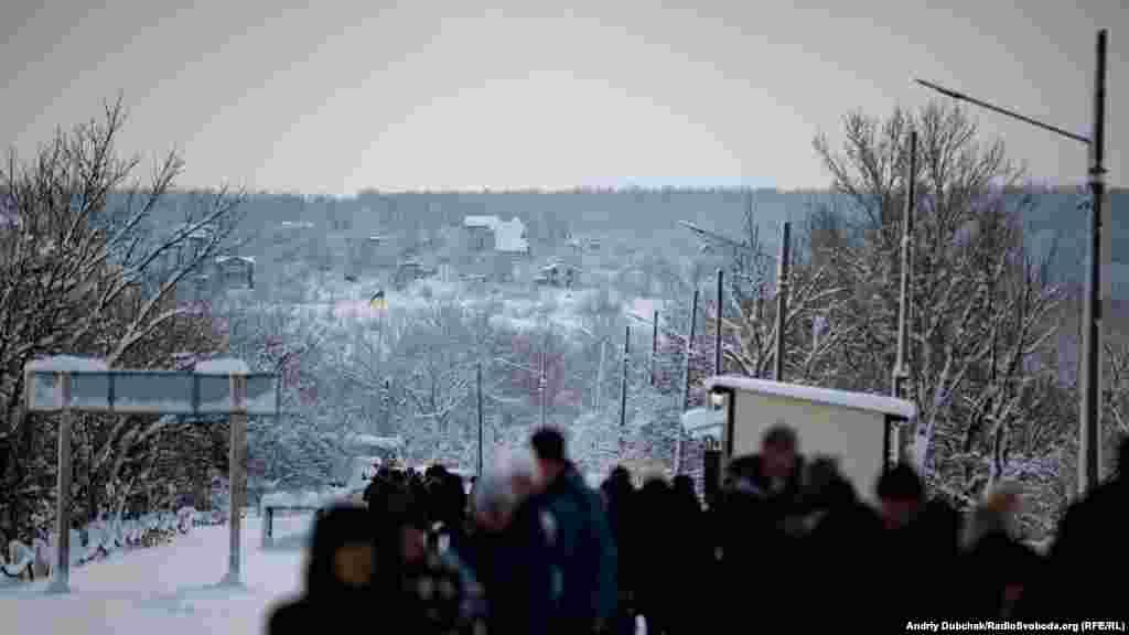 На горі з боку проросійських бойовиків стоять залишені будинки, звідти після закриття КПВВ по українських військових «працює» ворожий снайпер. Не так давно був«трьохсотий»