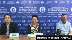 Женис Султанбек (справа), брат задержанного в Китае этнического казаха Ертая Султанбека, и гражданский активист Серикжан Билаш на пресс-конференции. Алматы, 7 июня 2018 года.