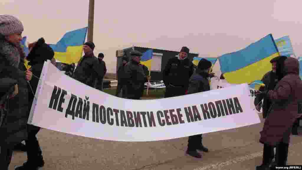 Возле контрольного пункта въезда-выезда «Чонгар» на административной границе с Крымом прошла акция против проведения российских выборов на полуострове